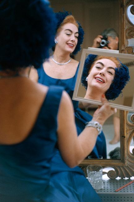 Joan_Crawford_looking_in_mirror._-778121
