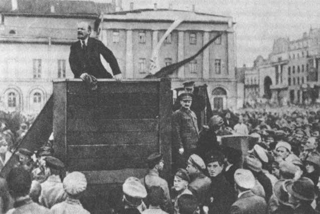 Lenin-Trotsky_1920-05-20_Sverdlov_Square.jpg