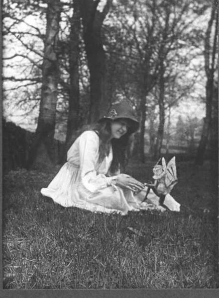 440px-cottingley_fairies_2