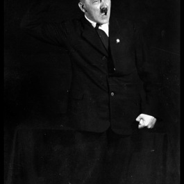 hitler-rehearses-speech-7