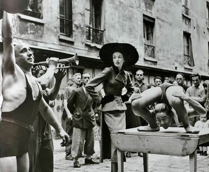 Elise Daniels with the Street Performers, Avedon « Iconic Photos