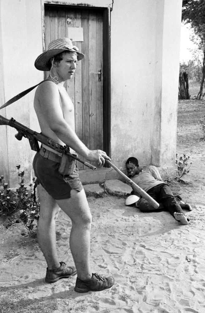 007-005 Rhodesia - Lieutenant with Bat & Prisoner (Pulitzer) v2