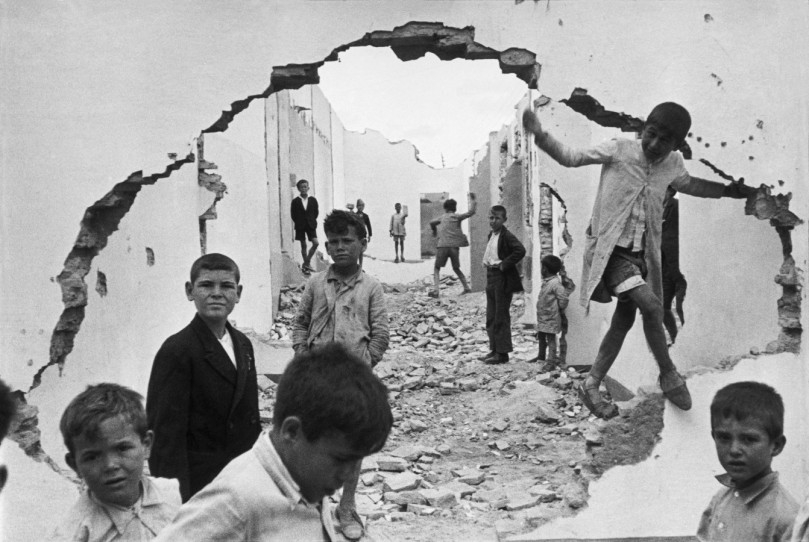 cartier-bresson-seville-spain-1944-wall-hole-children-playing
