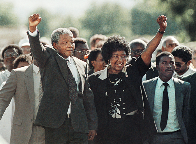 STARTBILD-der-BILDGALERIE-Greame-Williams-Nelson-Mandela-mit-Winnie-Mandela-bei-seiner-Entlassung-aus-dem-Victor-Vester-Gefängnis-1990-Nelson-Mandela-mit-Winnie-Mandela-as-he-is-released-from-the-Victor-Vester-Pris